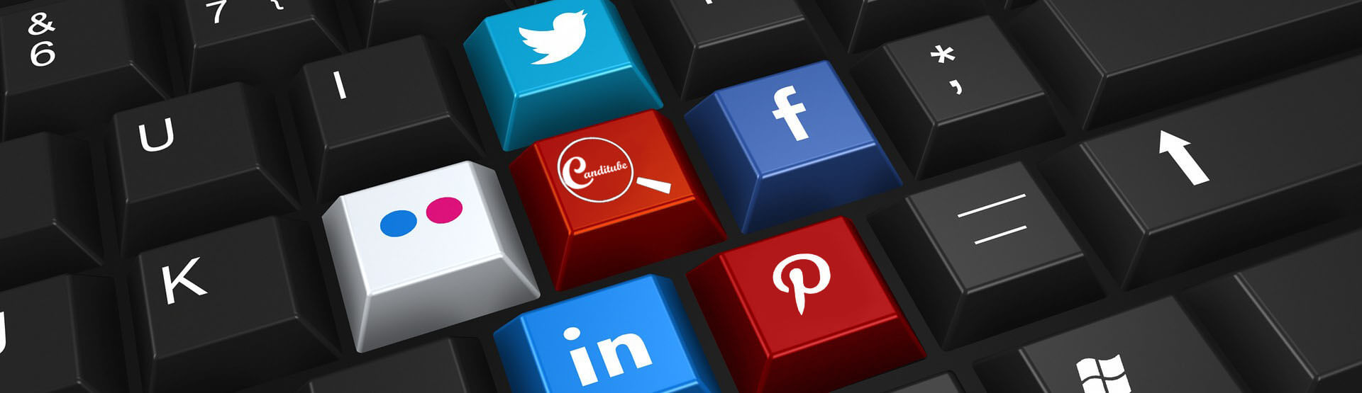 Un teclado negro con teclas de colores representando las principales redes sociales. En una de las teclas, se puede ver el logo de Canditube